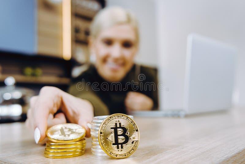 Vrouw die bitcoin handel drijven stock foto