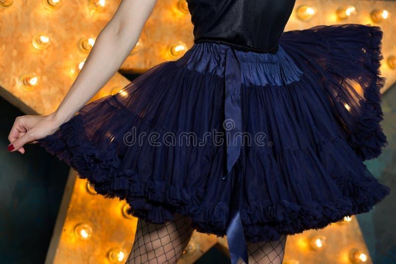 Vrouw die blauwe de rok en het netwerkkousen dragen die van de kanttutu ov stellen royalty-vrije stock foto