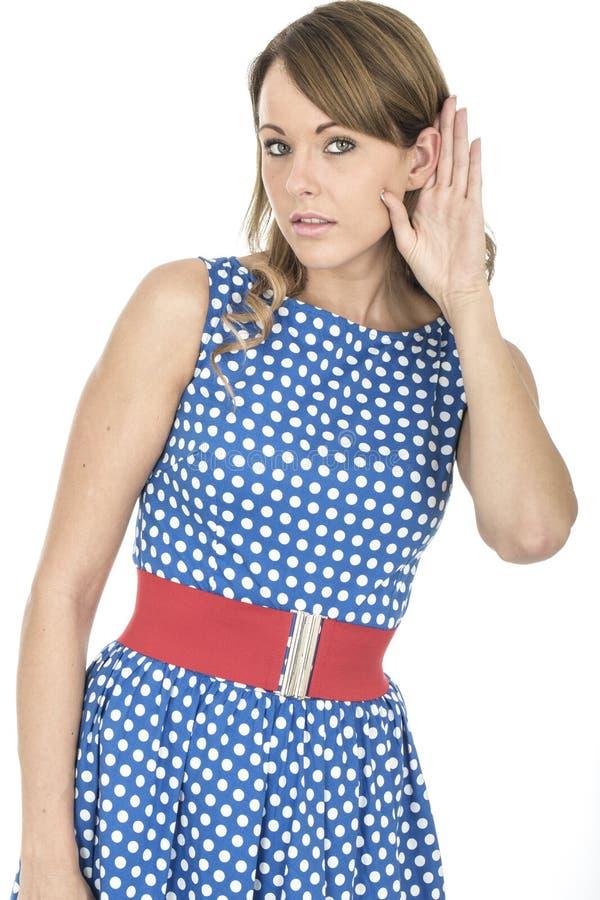 Vrouw die Blauwe Polka Dot Dress Eavesdropping dragen royalty-vrije stock fotografie