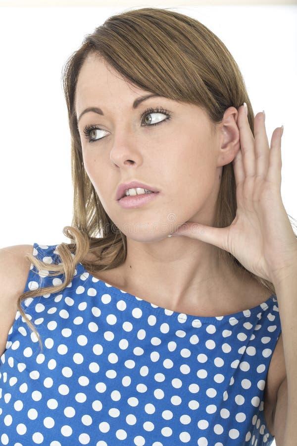 Vrouw die Blauwe Polka Dot Dress Eavesdropping Listening dragen aan Gesprek royalty-vrije stock afbeelding