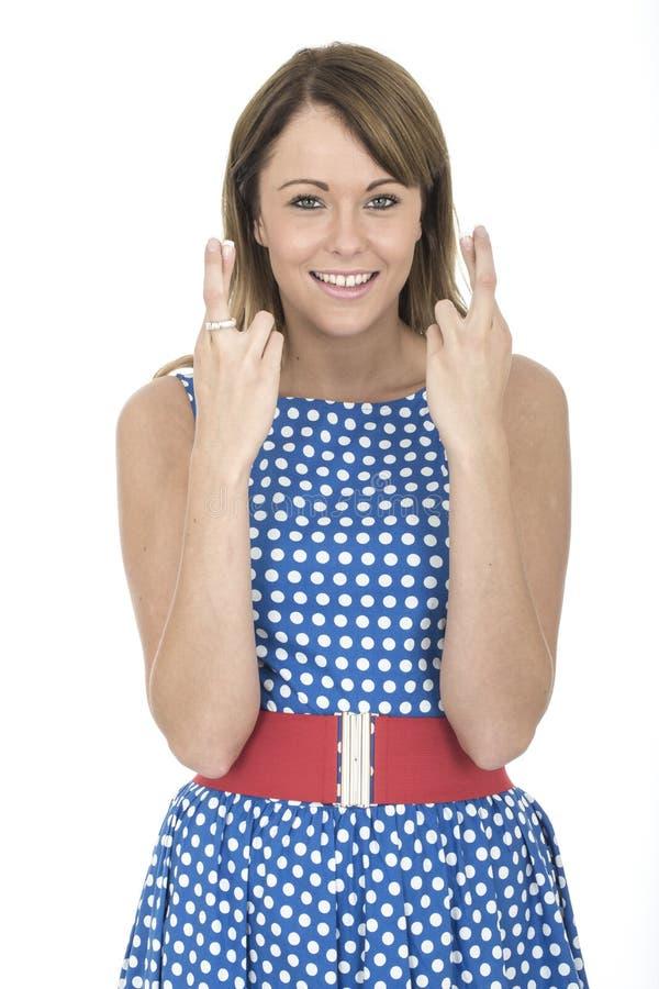 Vrouw die Blauwe Polka Dot Dress Fingers Crossed dragen royalty-vrije stock foto's