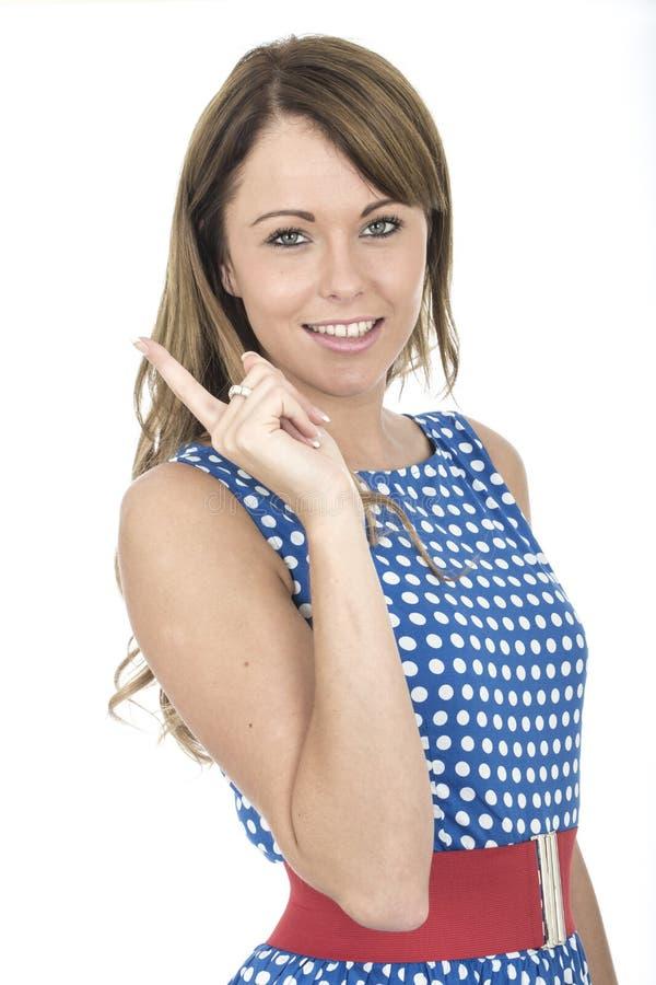 Vrouw die Blauwe Polka Dot Dress Pointing dragen royalty-vrije stock fotografie