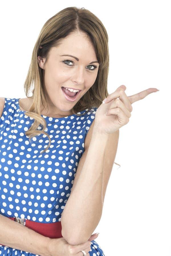 Vrouw die Blauwe Polka Dot Dress Pointing dragen royalty-vrije stock afbeeldingen