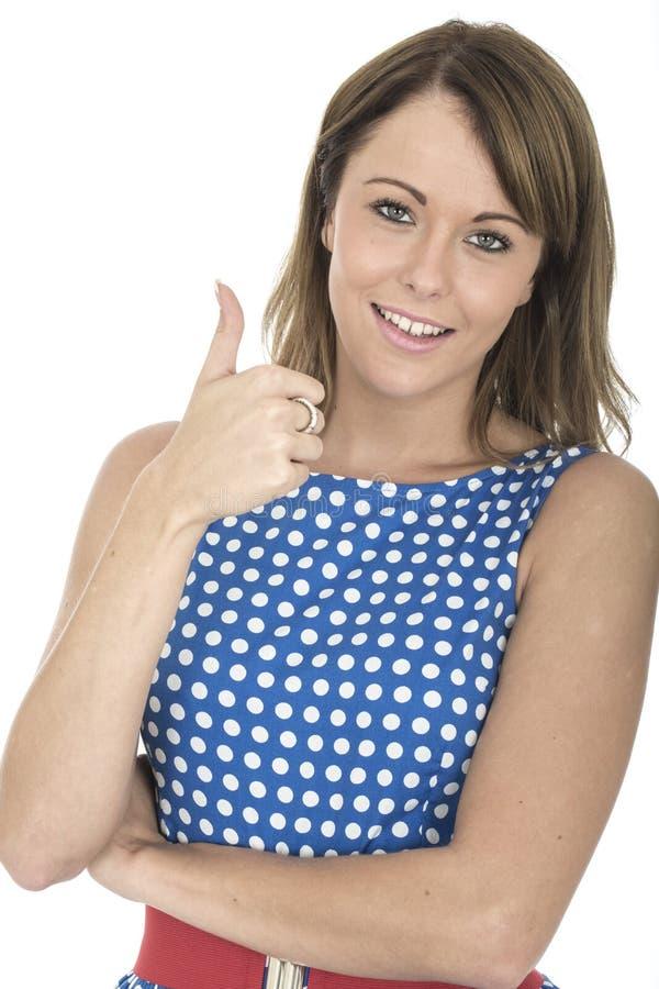 Vrouw die Blauwe Polka Dot Dress Thumbs Up dragen royalty-vrije stock foto's