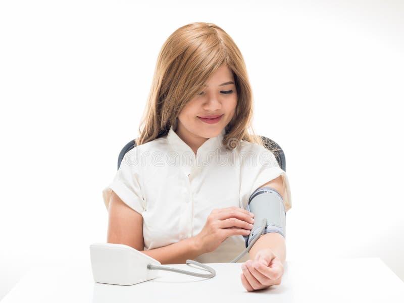 Vrouw die bloeddruk controleren stock foto's