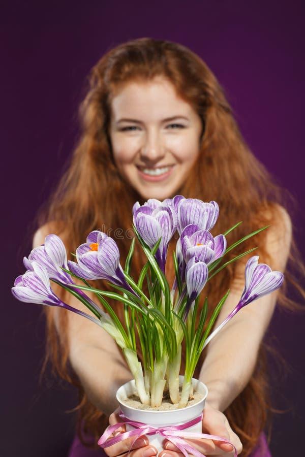 Vrouw die bloemenkrokussen geven stock afbeeldingen