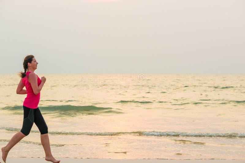 Vrouw die blootvoets op het strand lopen royalty-vrije stock foto's