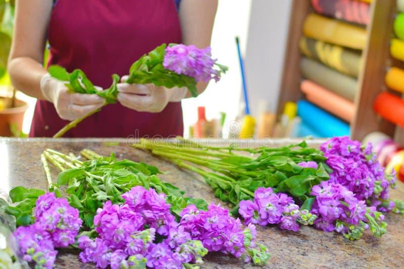 Vrouw die boeket van de lentebloemen maken stock foto's