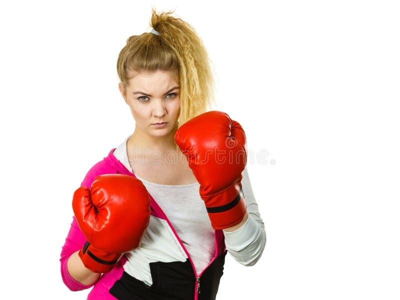 Vrouw die bokshandschoenen draagt stock foto