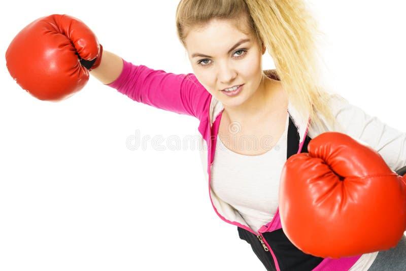 Vrouw die bokshandschoenen draagt royalty-vrije stock foto