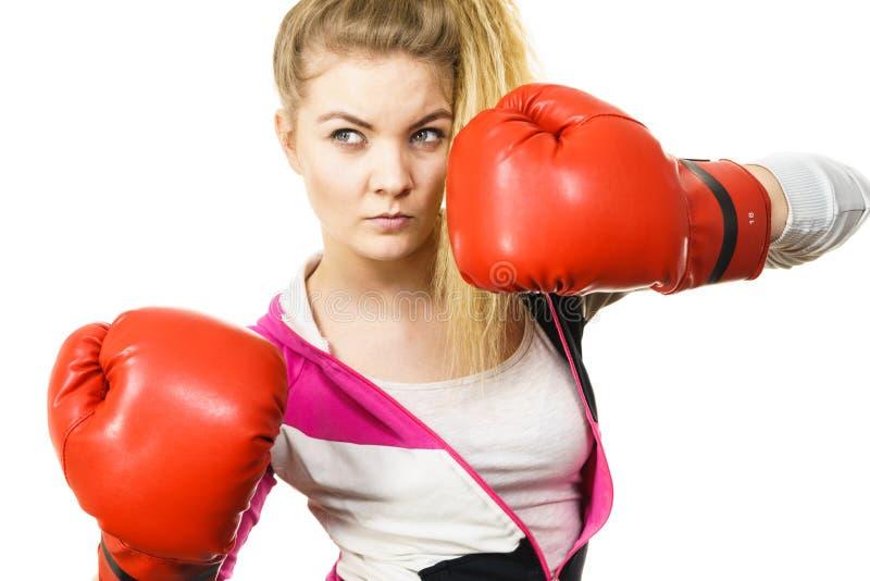 Vrouw die bokshandschoenen draagt stock foto's