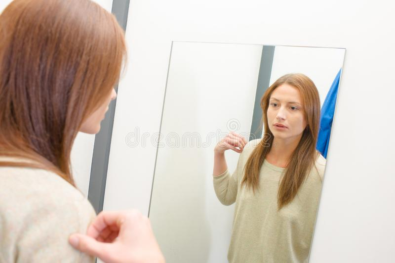 Vrouw die bovenkant in montageruimte proberen royalty-vrije stock afbeeldingen