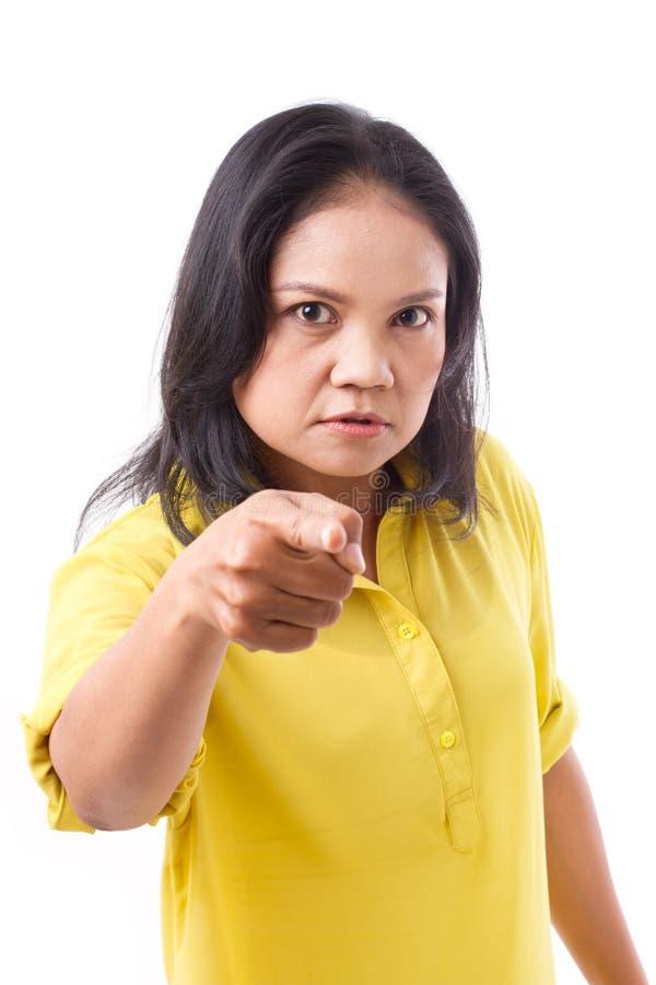 Vrouw die, boze midden oude vrouw die op u richten richten stock foto's