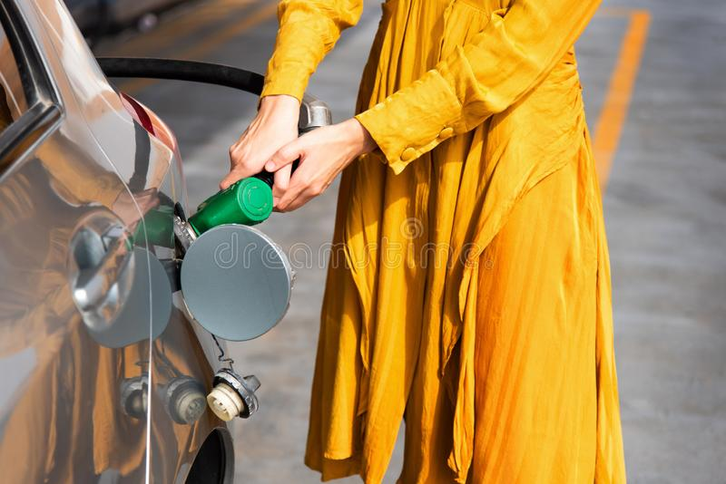 Vrouw die brandstof op het benzinestation toevoegen royalty-vrije stock afbeeldingen
