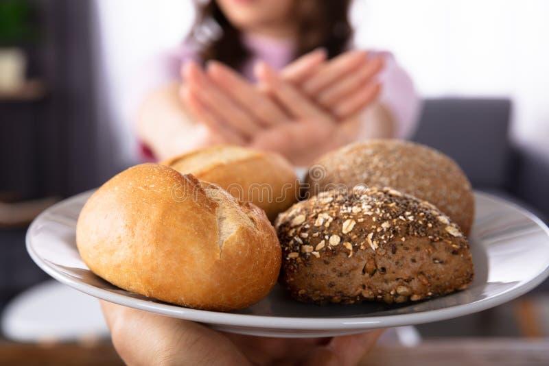 Vrouw die Brood weigeren dat door Persoon wordt aangeboden stock afbeelding