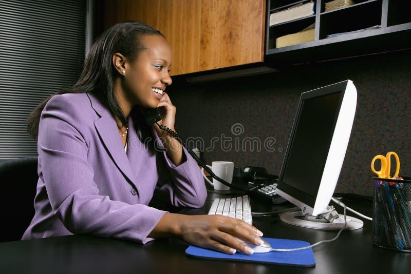 Vrouw die in bureau werkt stock afbeeldingen