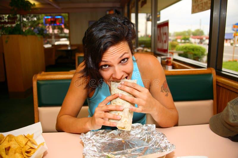 Vrouw die burrito eet royalty-vrije stock foto's