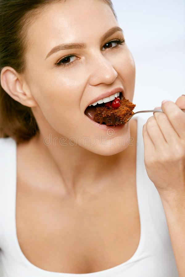 Vrouw die cake eet Mooi Vrouwelijk het Eten Dessert royalty-vrije stock foto's