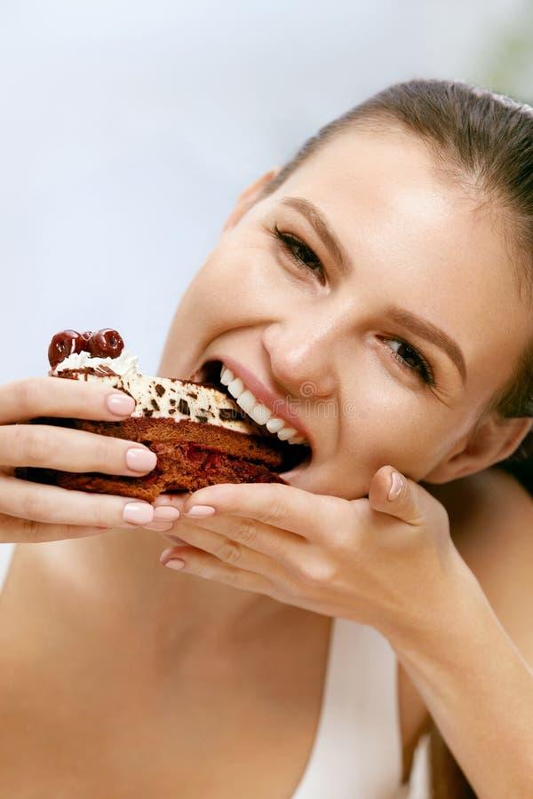 Vrouw die cake eet Mooi Vrouwelijk het Eten Dessert stock afbeeldingen