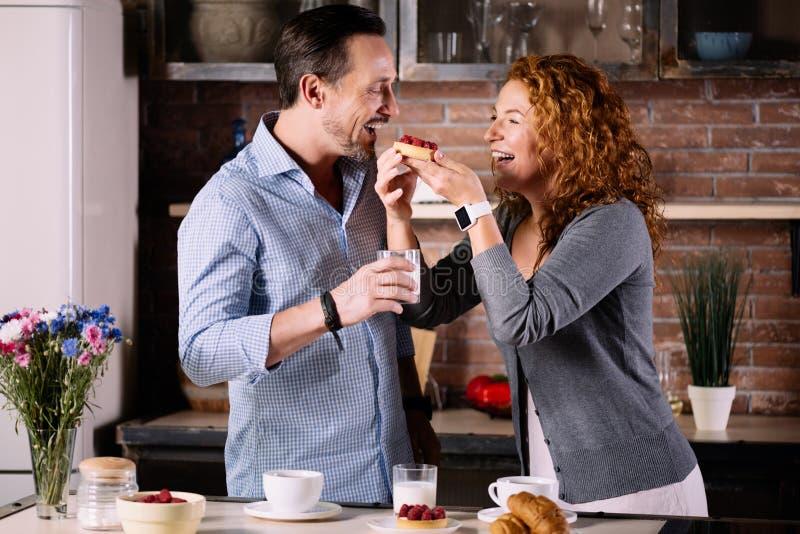 Vrouw die cake geven aan echtgenoot royalty-vrije stock afbeelding