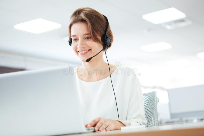Vrouw die in call centre werkt stock afbeelding