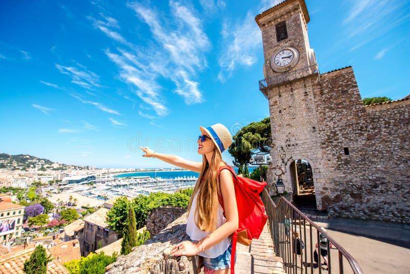 Vrouw die in Cannes reizen stock foto
