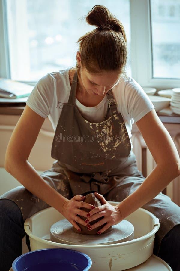 Vrouw die ceramisch aardewerk op wiel, handenclose-up maken Concept voor vrouw in freelance, zaken, hobby royalty-vrije stock afbeelding