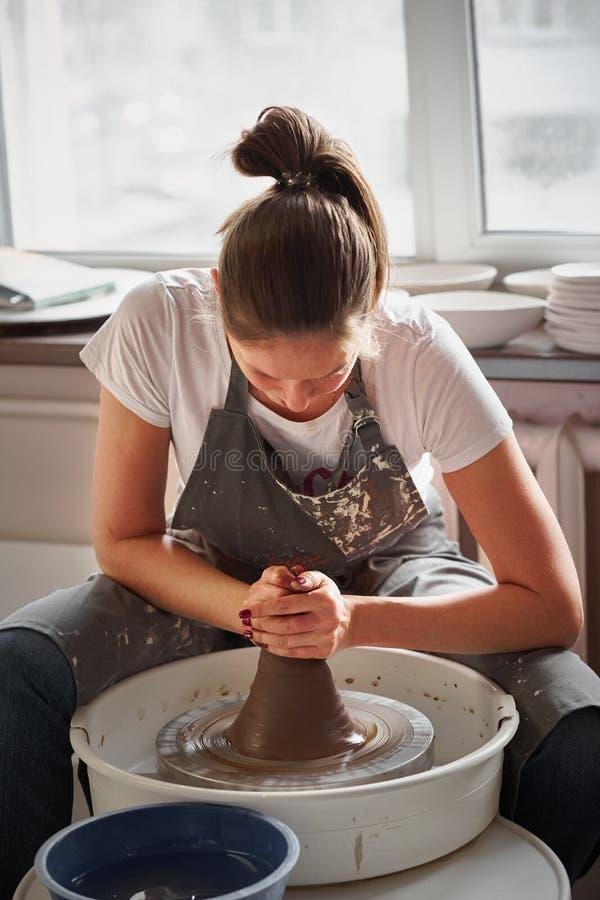 Vrouw die ceramisch aardewerk op wiel, handenclose-up maken Concept voor vrouw in freelance, zaken, hobby stock afbeelding