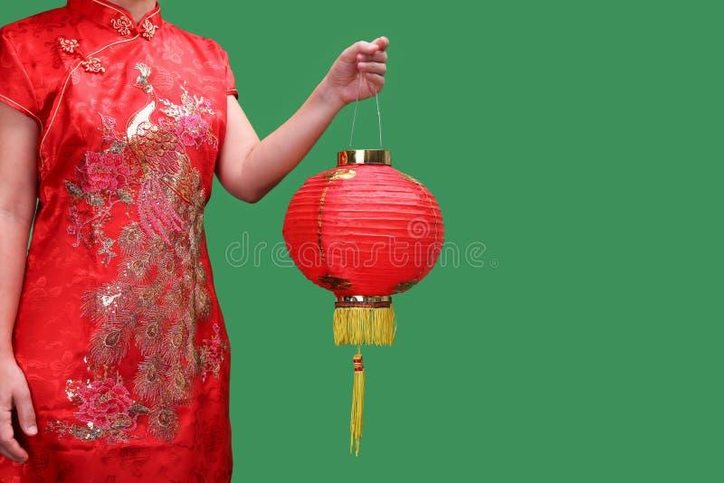 Vrouw die Chinese nieuwe jaarlantaarns in de stad van China houden royalty-vrije stock fotografie