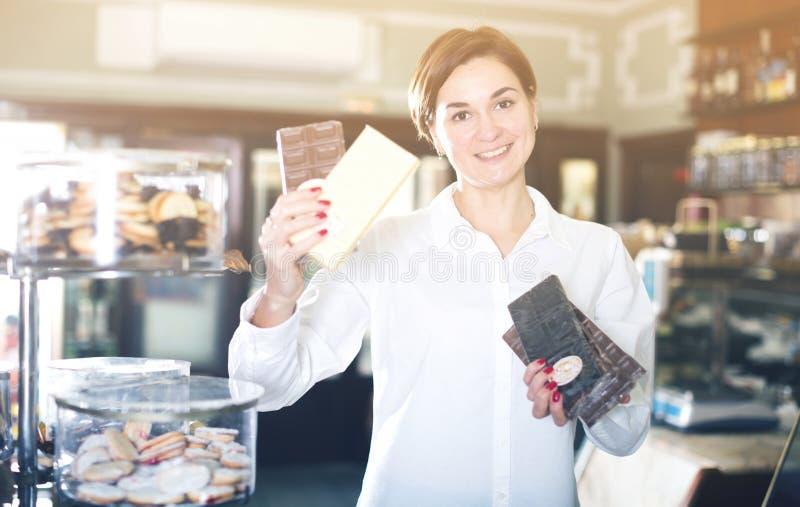 Vrouw die chocoladereep kiezen royalty-vrije stock afbeelding
