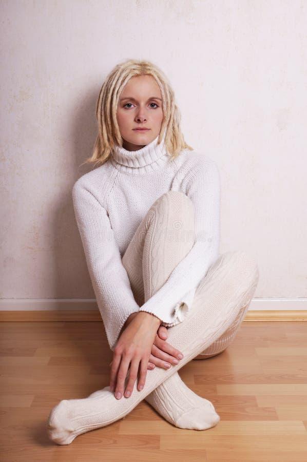 Vrouw die colsweater en overknee dragen stock foto