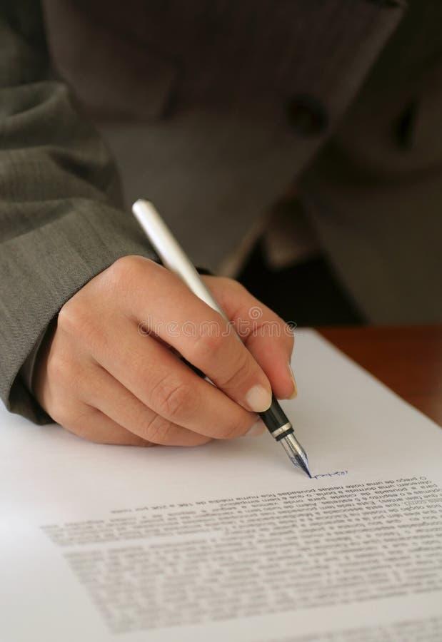 Vrouw die Contract ondertekent royalty-vrije stock afbeeldingen