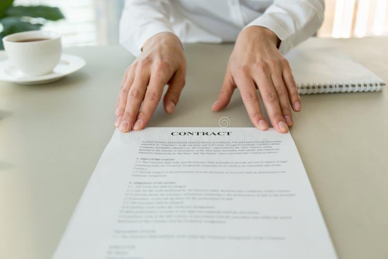 Vrouw die contract voor het ondertekenen aanbieden of termijnen de lezen, sluit omhoog royalty-vrije stock fotografie
