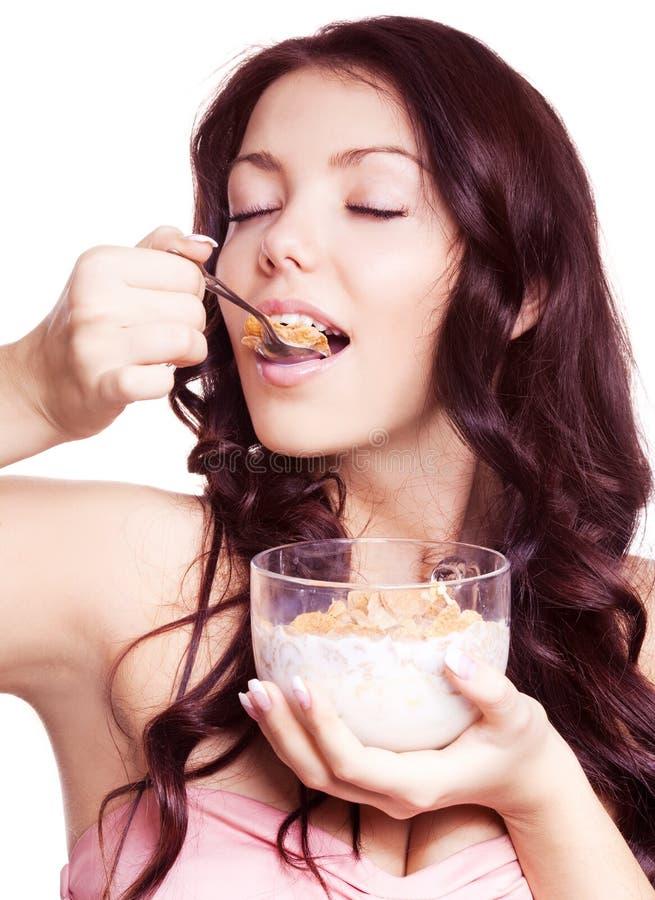 Vrouw die cornflakes eet royalty-vrije stock foto's
