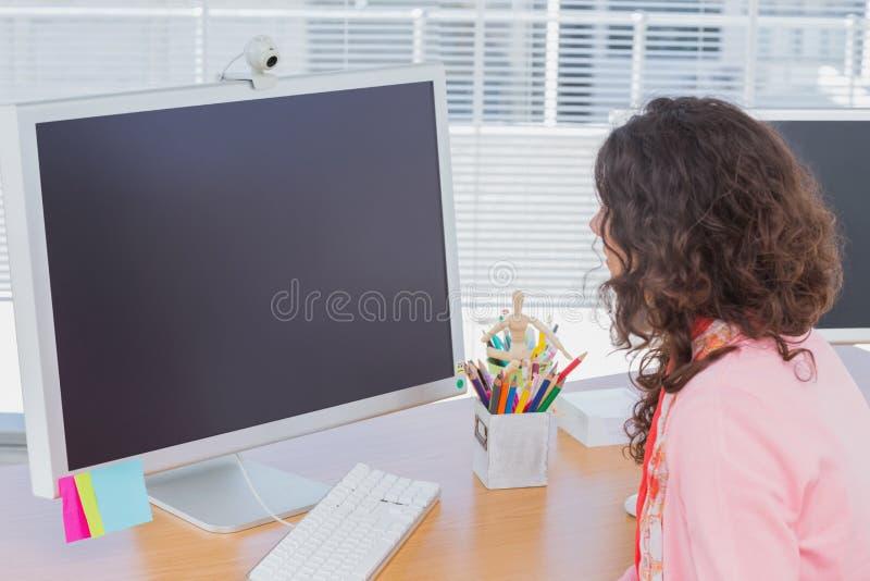 Vrouw die in creatief bureau werken stock fotografie