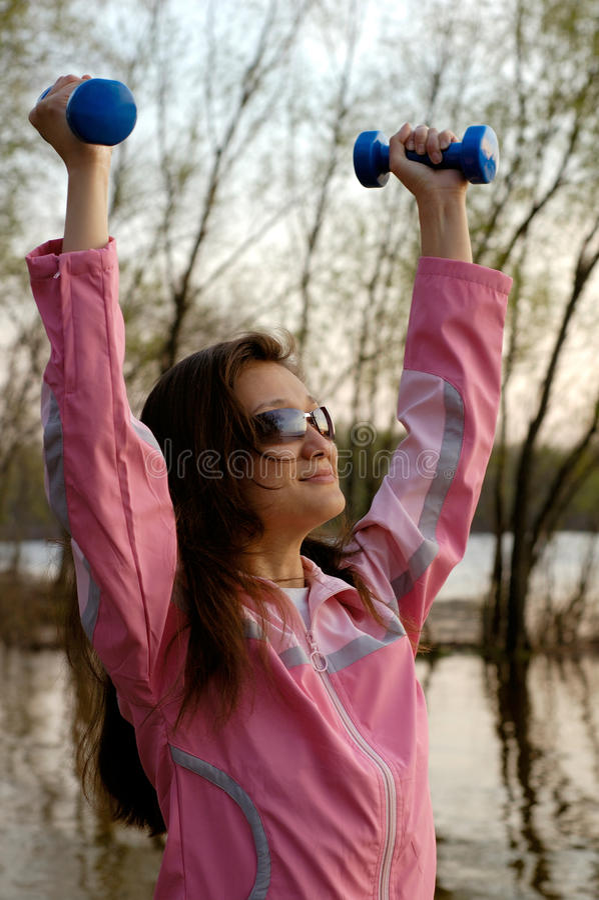 Vrouw die in de Aard uitoefent stock afbeelding