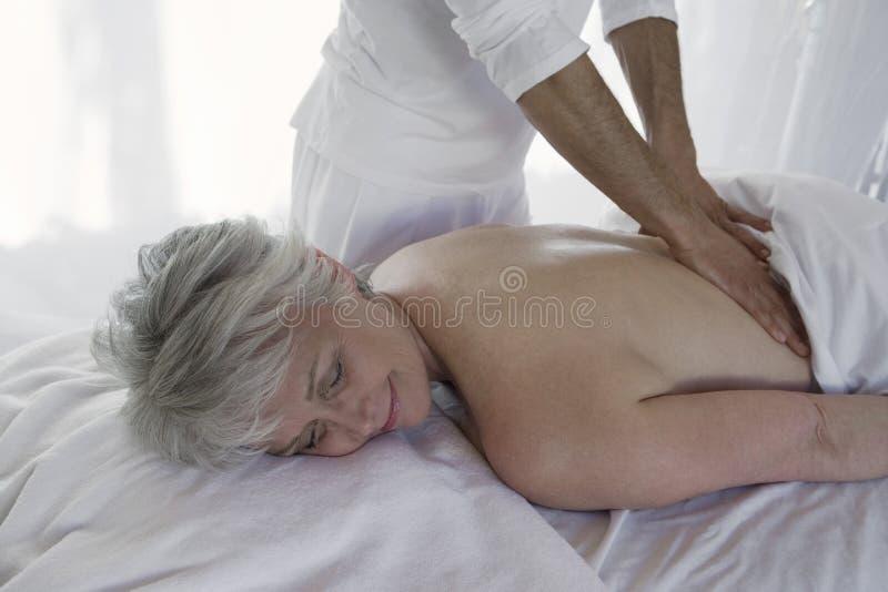 Vrouw die de Achtermassage van A ontvangen royalty-vrije stock foto
