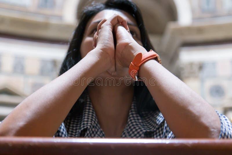 Vrouw die in de basiliek bidden stock afbeelding