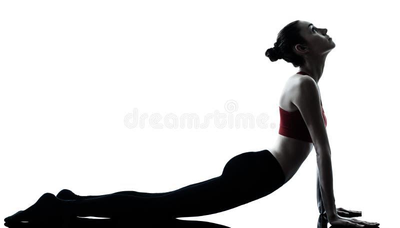 Vrouw die de begroeting van de yogazon uitoefent stock foto's