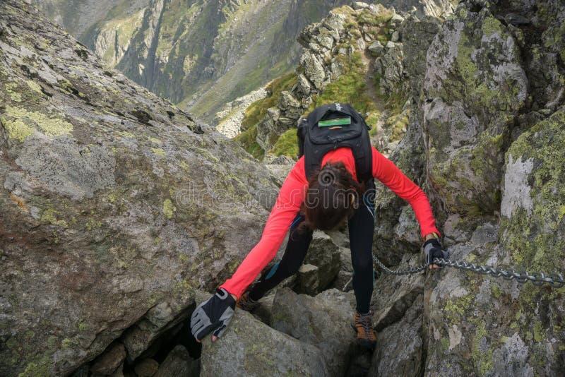 Vrouw die in de bergen door elkaar gooien stock afbeelding