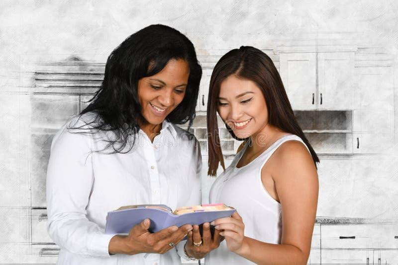 Vrouw die de Bijbel bestuderen royalty-vrije stock foto's