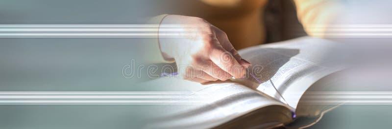 Vrouw die de bijbel, hard licht lezen Panoramische banner royalty-vrije stock foto's