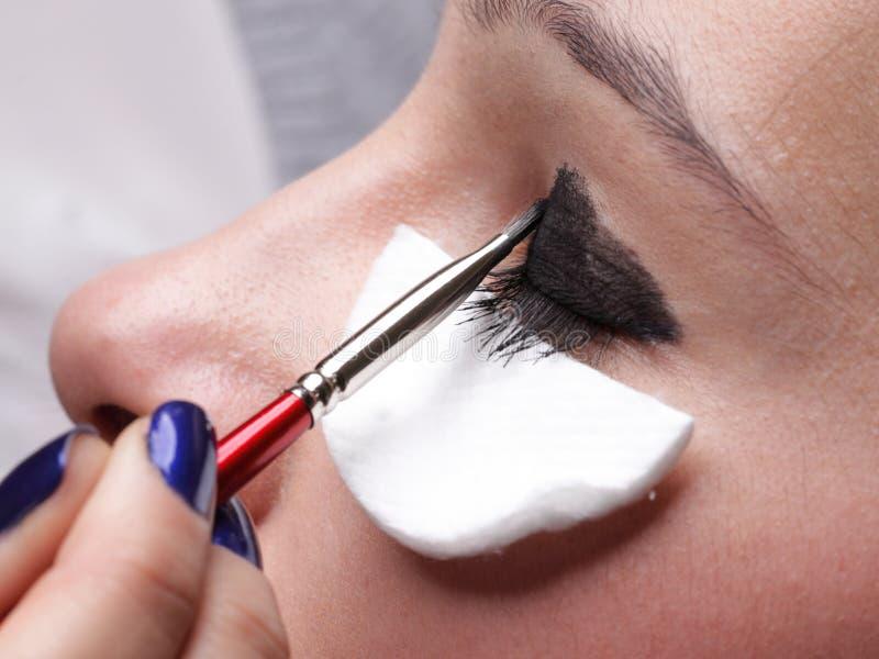 Vrouw die de borstel van de oogschaduwmake-up toepast stock afbeelding