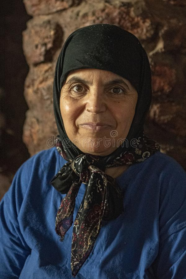 Vrouw die in de coöperatieve vereniging van de argonolie werken - Portret Natuurlijk Licht royalty-vrije stock afbeelding