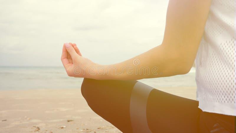 Vrouw die de diepe meditatie van de ademhalingsontspanning uitoefenen stock fotografie