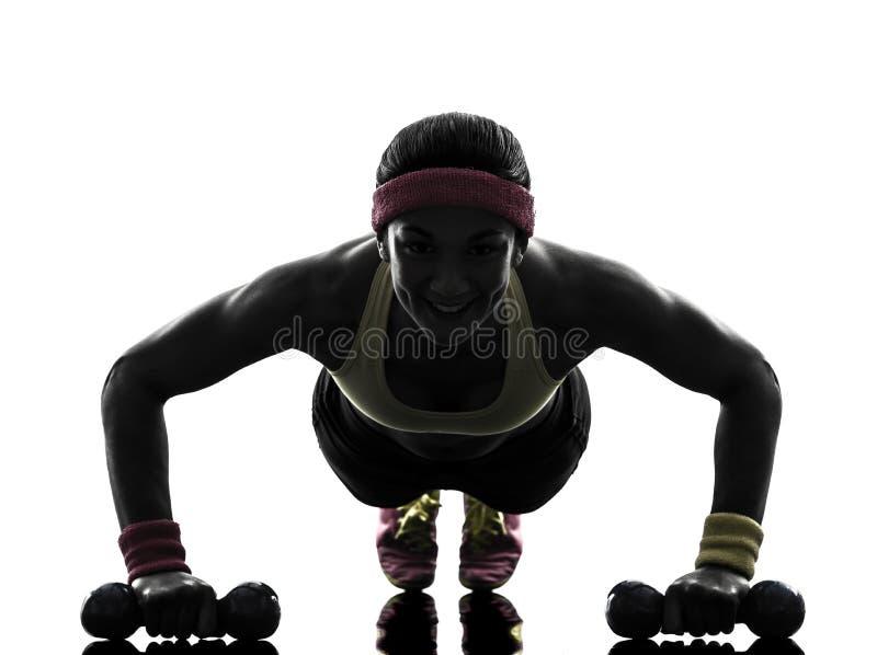 Vrouw die de duwups silhouet uitoefenen van de geschiktheidstraining stock foto