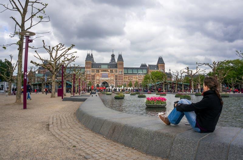 Vrouw die de grote brieven van I bekijken Amsterdam royalty-vrije stock foto's