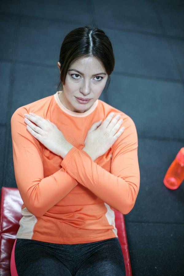 Vrouw die in de gymnastiek uitwerken royalty-vrije stock foto