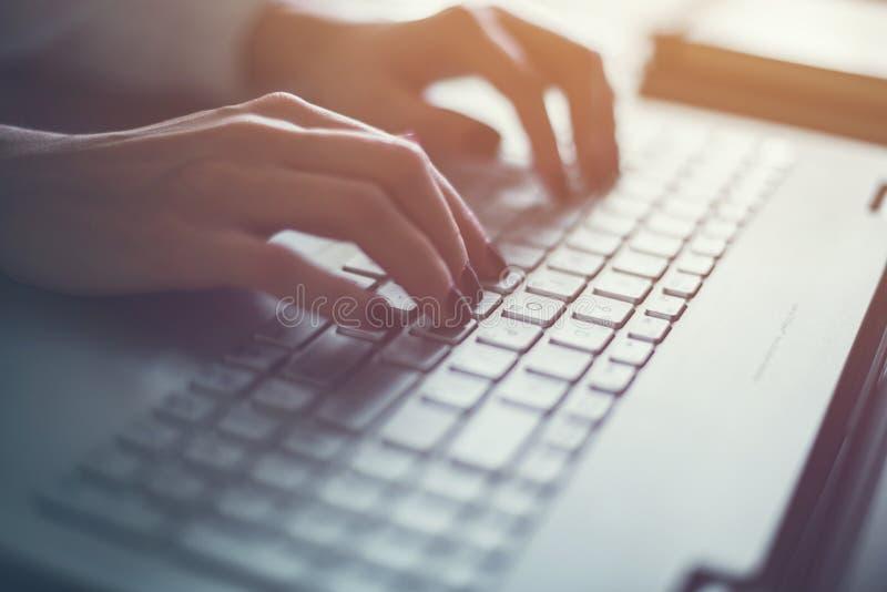 Vrouw die in de hand van het huisbureau aan toetsenbord dicht uitwerken stock afbeeldingen