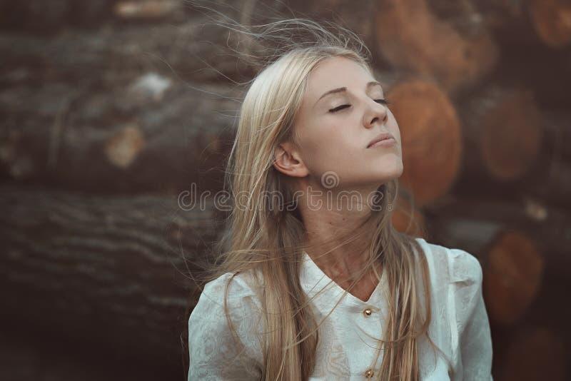 Vrouw die de herfst van wind genieten stock afbeelding